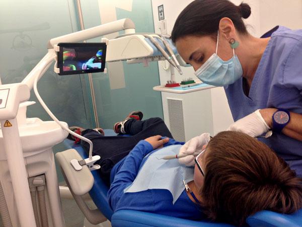 tablet-pacientes-infantil-tratamiento-dental-aguilar-dental-salut